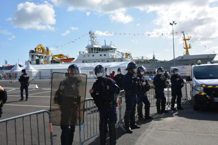 Policiers protégeant le baptême du Scrombrus à Concarneau